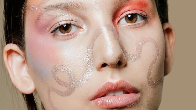 Primer plano de la cara pintada artísticamente