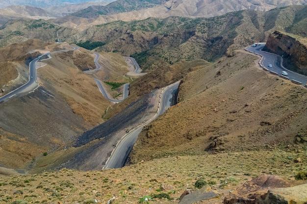 Primer plano de carreteras subiendo y bajando en las montañas