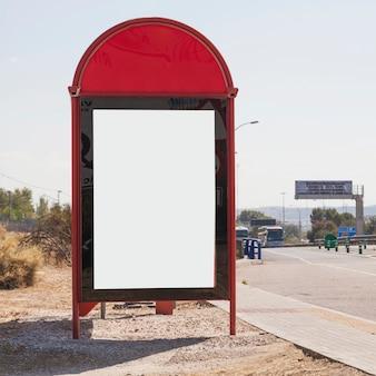 Primer plano de cartelera en blanco por la carretera