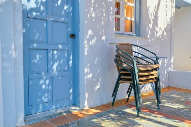Primer plano de la casa del complejo hotelero, casa de jardín con sillas.