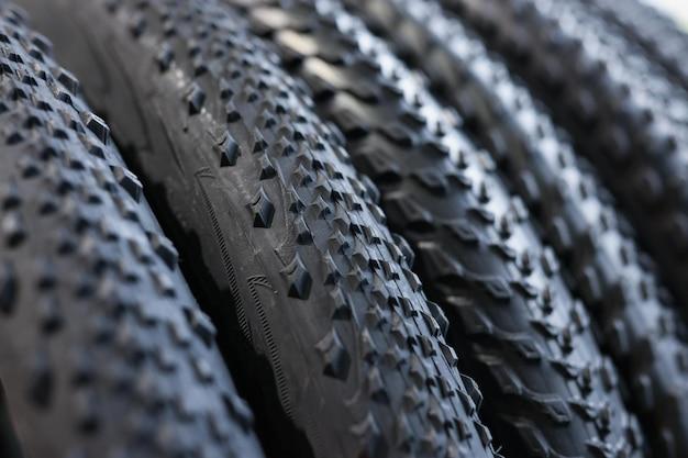 Primer plano de caucho negro neumáticos de ruedas de bicicleta concepto de mantenimiento y reparación de bicicletas