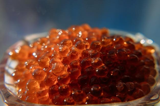 Primer plano de caviar rojo salmón, foto macro