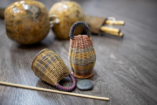 Primer plano en caxixi dobrao con berimbau en el suelo de madera