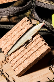 Primer plano de cebo de pesca en tablero de corcho