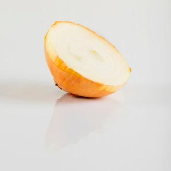 Primer plano de cebolla a la mitad sobre fondo blanco