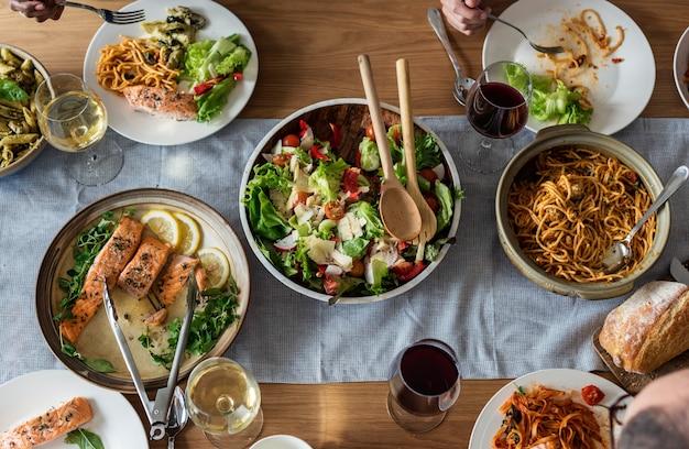 Primer plano de la cena de comida italiana