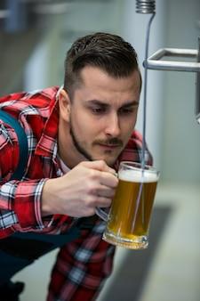 Primer plano de cerveza cervecera prueba