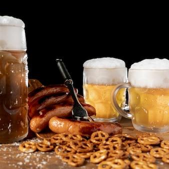 Primer plano de cervezas y aperitivos bávaros