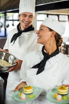 Primer plano de chefs sonriendo mientras trabajaba en la cocina