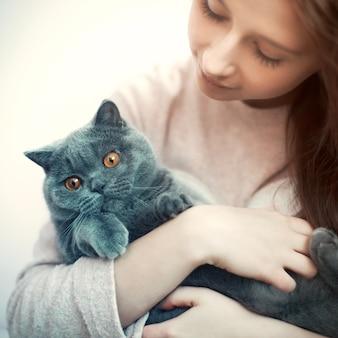 Primer plano de chica abrazando a su gato