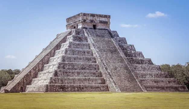 Primer plano de chichén itzá en méxico bajo un cielo azul claro