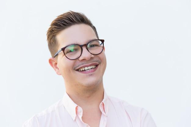 Primer plano de chico alegre feliz en anteojos