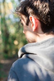 Primer plano de chico en el bosque en un día soleado
