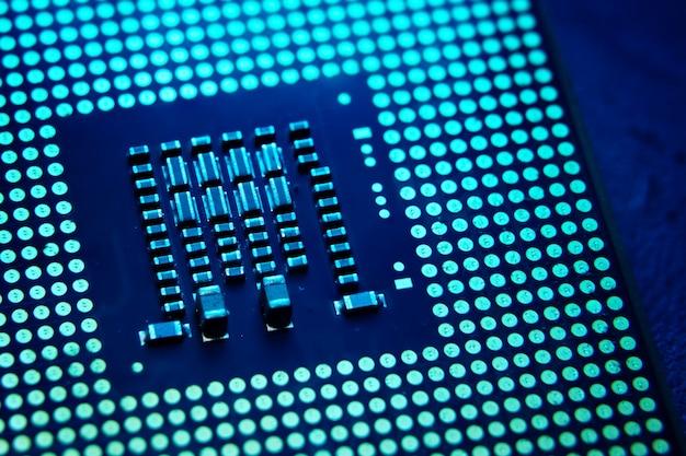 Primer plano de un chip de cpu en el laboratorio con tono azul