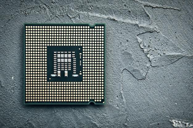 Primer plano de un chip de cpu sobre una superficie de hormigón
