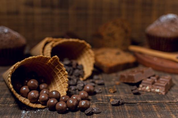 Primer plano de chips de chocolate dentro de conos