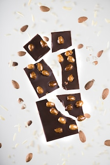 Primer plano de chocolate con nueces