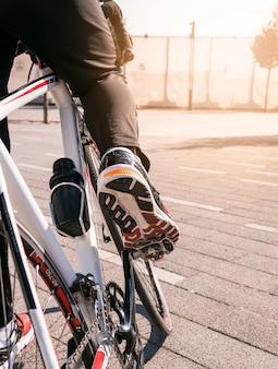 Primer plano de ciclista montando bicicleta de montaña