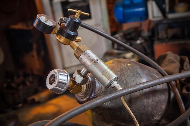 Primer plano de un cilindro metálico de gas