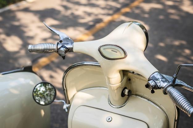 Primer plano de un clásico scooter vintage