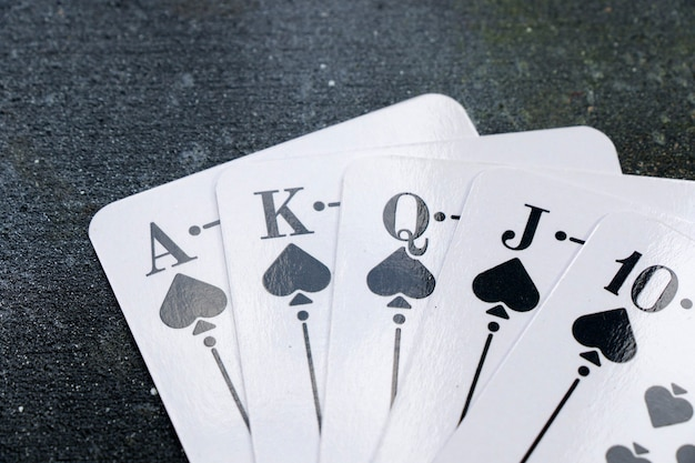 Primer plano de coches de póquer y blackjacks de escalera real