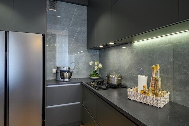 Primer plano de cocina gris oscuro de gran lujo moderno