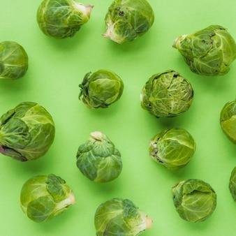 Primer plano de las coles de bruselas en superficie verde