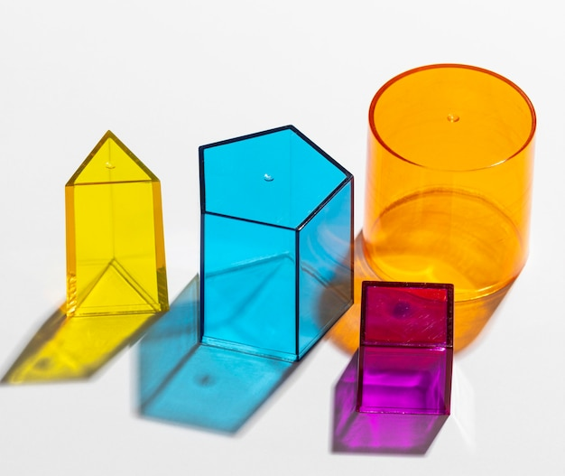 Primer plano de coloridas formas geométricas translúcidas
