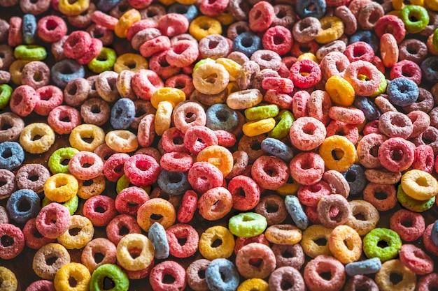 Primer plano colorido de los cereales de frutas redondas.
