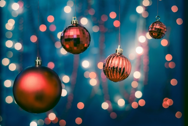 Primer plano de coloridos adornos en un árbol de navidad con un fondo borroso y luces bokeh