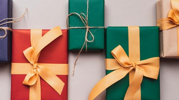 Primer plano de coloridos regalos de navidad con cinta