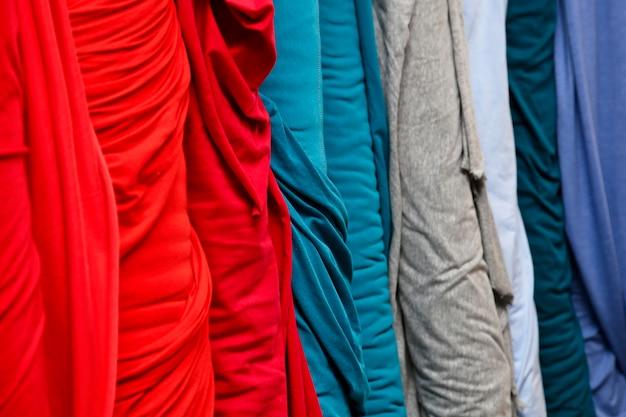 Primer plano de columnas de textiles con diferentes colores