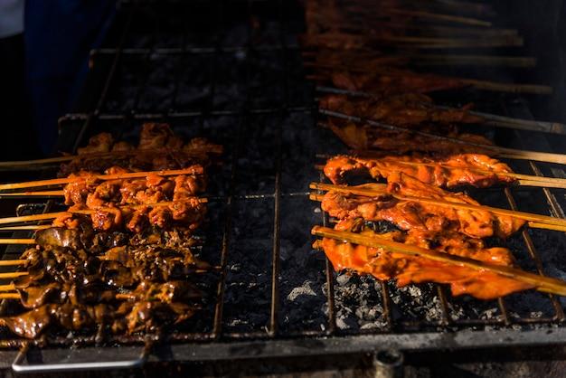 Primer plano de la comida callejera tailandesa
