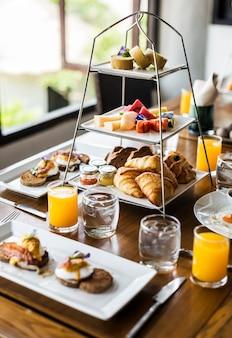 Primer plano de la comida del desayuno del hotel