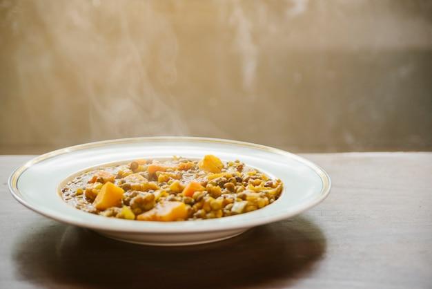 Primer plano de comida sabrosa caliente en placa