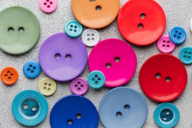 Primer plano de composición de botones de costura de color