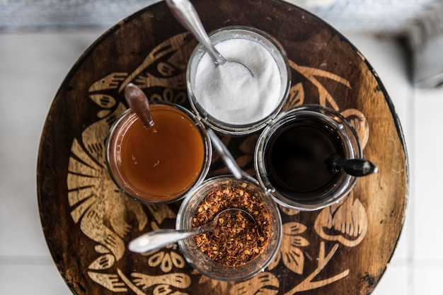 Primer plano del conjunto de condimentos asiáticos fideos