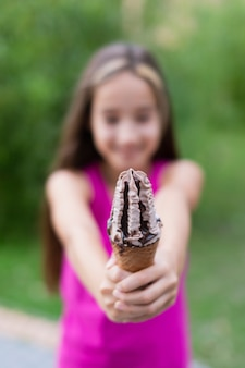 Primer plano de cono de helado de chocolate