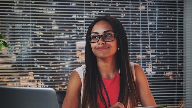 Primer plano del consejero familiar afroamericano sonriendo y mirando felizmente a la pareja