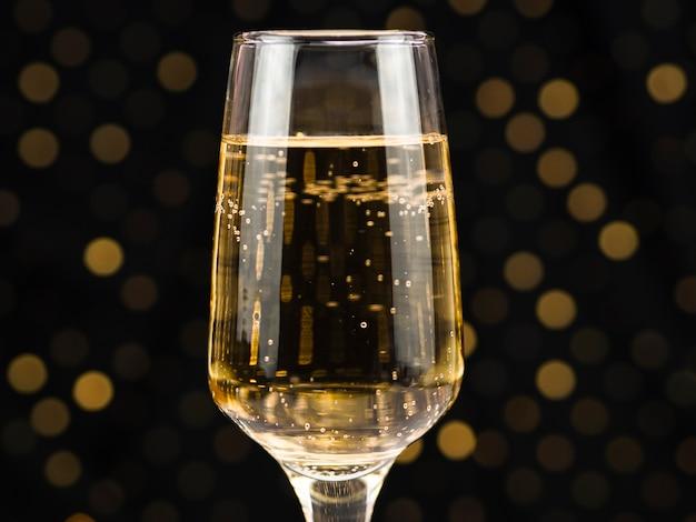 Primer plano de copa de champán con burbujas