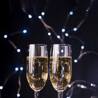 Primer plano de copas de champán en discoteca iluminada