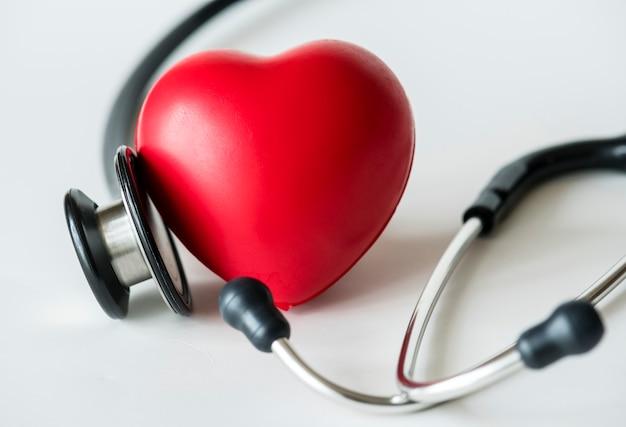 Primer plano de un corazón y un concepto de chequeo cardiovascular estetoscopio