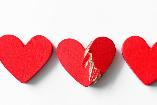 Primer plano de corazones rojos sobre fondo blanco