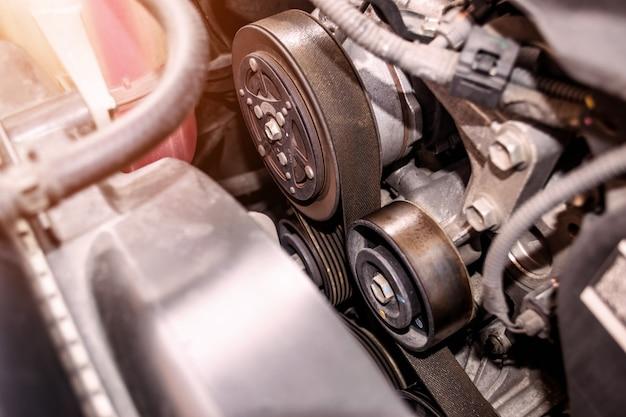 Primer plano de la correa del motor es una tira de material utilizado en diversas aplicaciones técnicas.