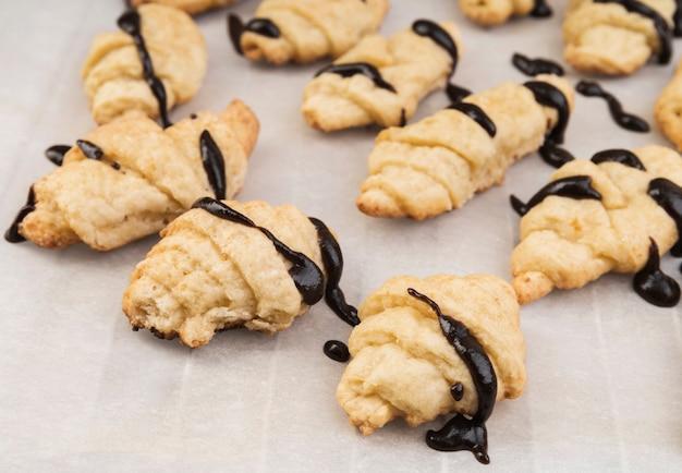 Primer plano croissants caseros con chocolate