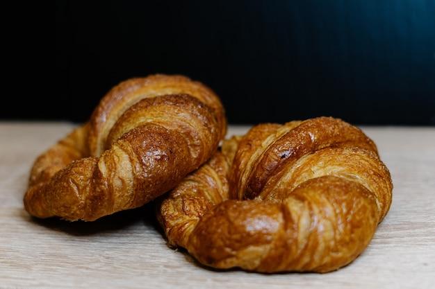Primer plano de croissants recién hechos sobre una superficie de madera