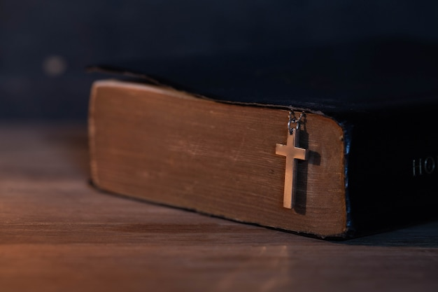 Primer plano de la cruz cristiana de madera