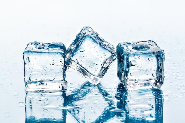 Primer plano de cubitos de hielo