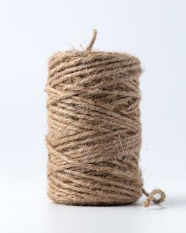 Primer plano de cuerda de cáñamo en blanco aislado