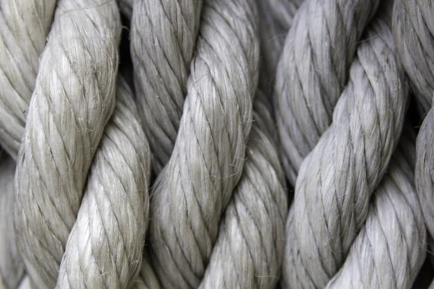 Primer plano de cuerdas blancas bajo las luces